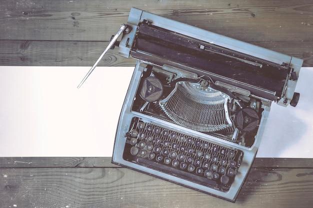 Oude schrijfmachine met papier