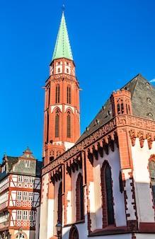 Oude sint-niklaaskerk op de romerberg in frankfurt am main, duitsland