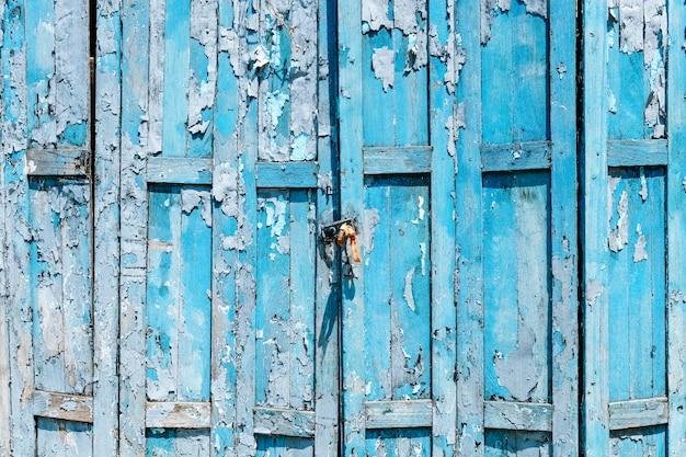 Oude sjofele blauwe houten deurachtergrond