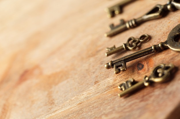Oude sleutel op houten tafel