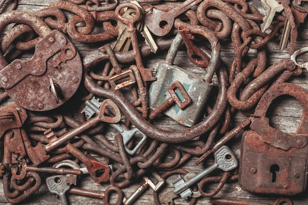 Oude sleutels sloten over vintage houten tafel