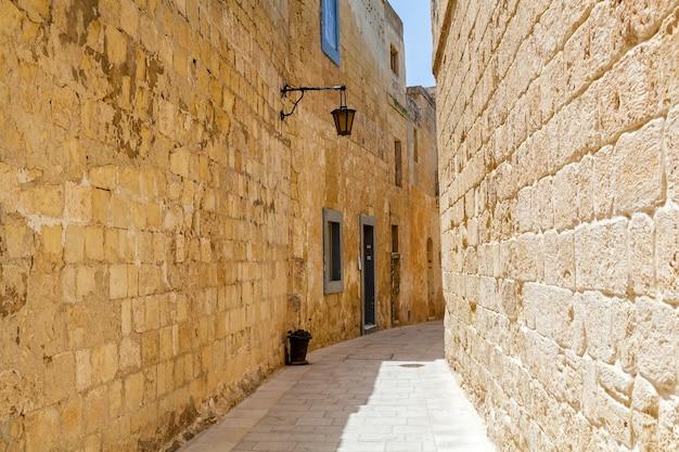 Oude smalle middeleeuwse straat van mdina, malta. bezienswaardigheden van het eiland malta