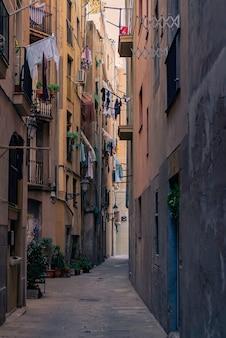 Oude smalle straat in de gotische wijk. barcelona, spanje. spaanse elegante oude stad stedelijke steegje.