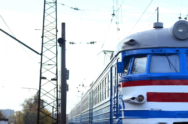Oude sovjet elektrische trein met verouderd ontwerp dat zich per spoor beweegt