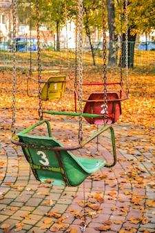 Oude sovjetritten in het herfstpark