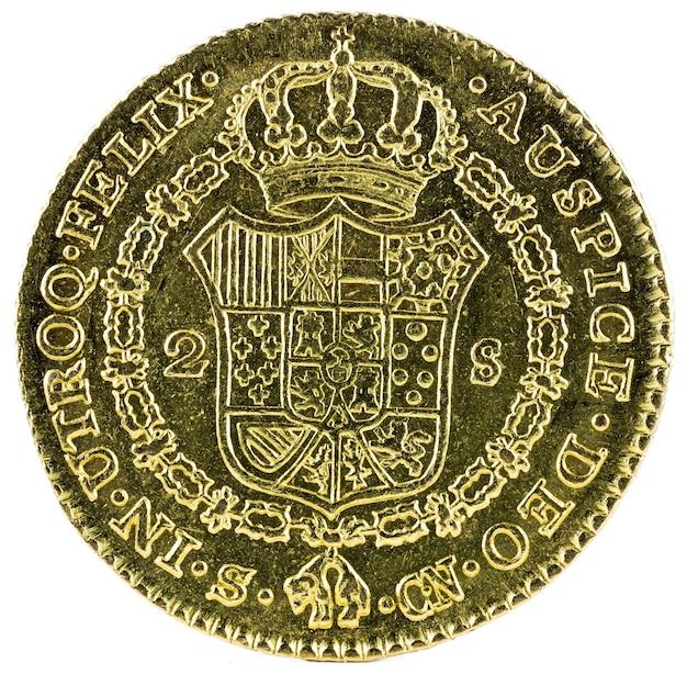 Oude spaanse gouden munt van koning carlos iv geïsoleerd