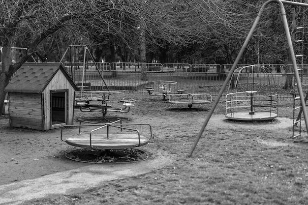 Oude speeltuin met schommels. zwart-wit foto.