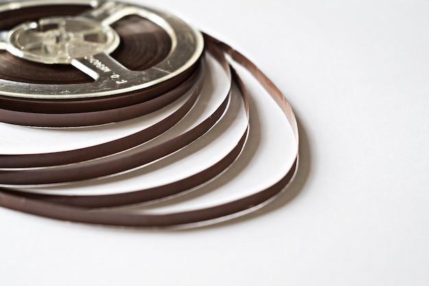 Oude spoel met magneetband voor de platenspeler