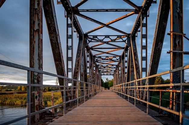Oude spoorbrug omgebouwd tot voetgangersbrug zonsondergang