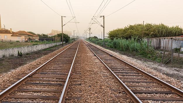 Oude spoorweg met dubbele richtingsporen in perspectief