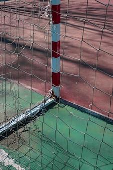 Oude sportuitrusting voor straatvoetbal goal
