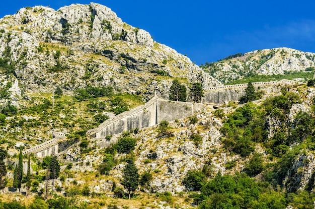 Oude st john fortress in de bergen van de stad kotor in montenegro.