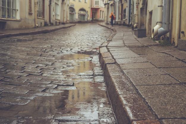 Oude stad bestrating straat op regenachtige dag