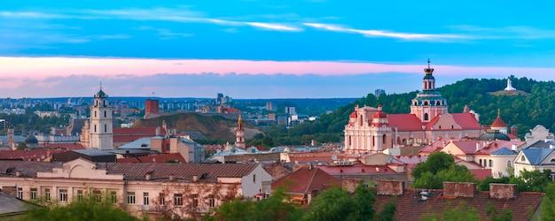 Oude stad bij zonsondergang, vilnius, litouwen