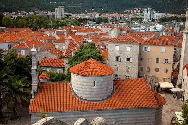 Oude stad budva met rode pannendaken en grote orthodoxe kerk, montenegro