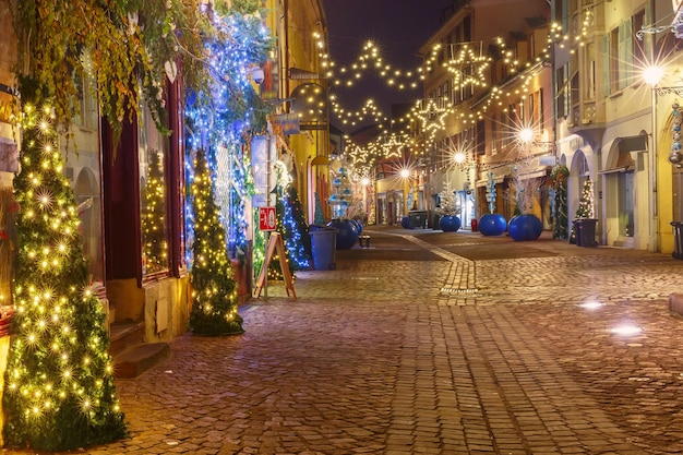 Oude stad colmar versierd en verlicht voor kerst