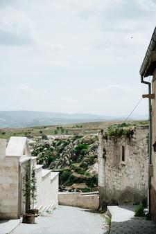 Oude stad en een kasteel van uchisar dat uit bergen na zonsopgang wordt gegraven, cappadocia, turkije