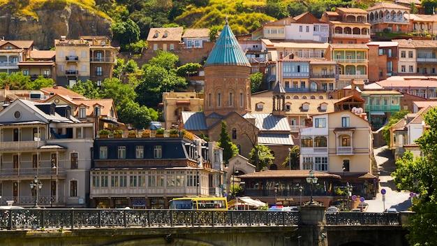 Oude stad en het stadscentrum van tbilisi, georgië. bekende plaatsen en oriëntatiepunten, oude beroemde kerk, heuvel van narikhala. bomen en zonneschijn.