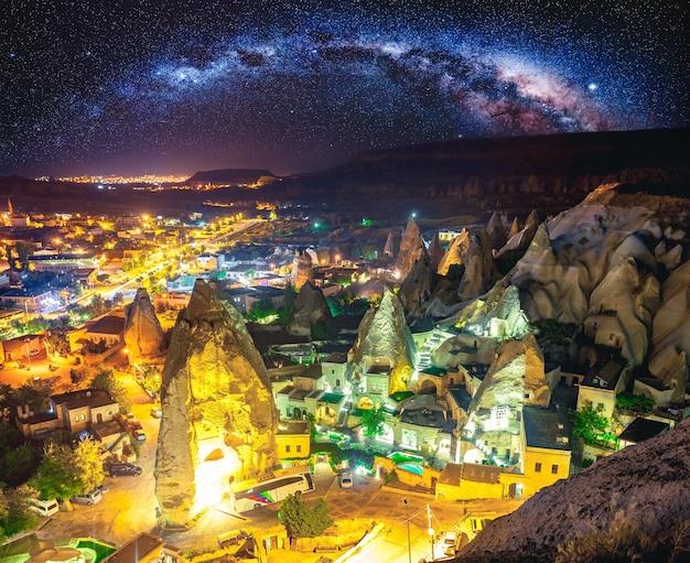 Oude stad en kasteel van uchisar gegraven bergen cappadocië 's nachts turkije