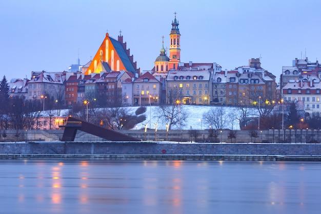 Oude stad en rivier vistula's nachts in warschau, polen.