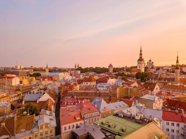 Oude stad, kasteel en middeleeuwse torens van tallinn in estland met raekoja plats tijdens zonsondergang