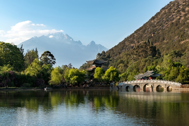 Oude stad scã¨ne op black dragon pool park met jade dragon mountain op de achtergrond, lijiang, china