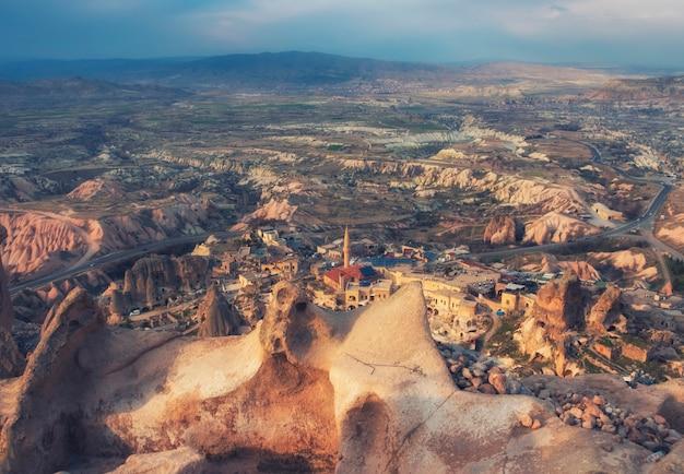 Oude stad uchisar met residentiële woningen in grotten, cappadocië, turkije in het voorjaar, uitzicht vanaf het hoge kasteel