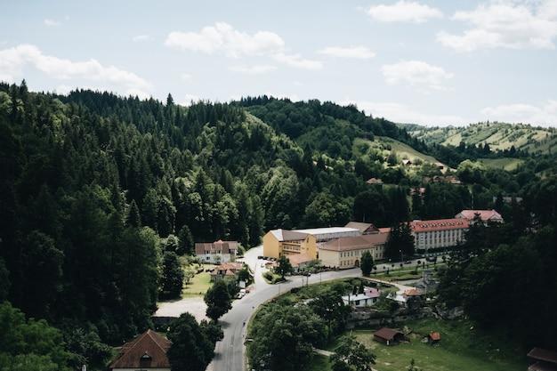 Oude stad van brasov in de regio transsylvanië van roemenië vanaf de top van de berg