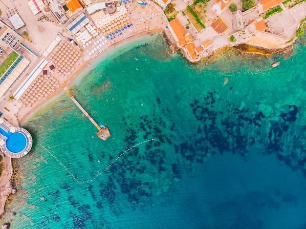 Oude stad van budva in montenegro aan de adriatische kust, luchtfoto