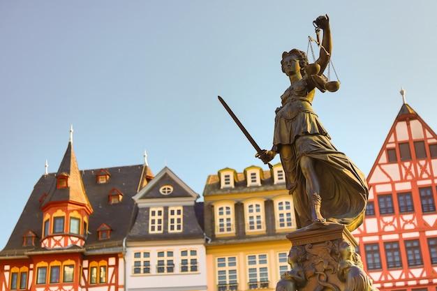 Oude stad vierkante romerberg met justitia-standbeeld in de leiding van frankfurt, duitsland met duidelijke hemel