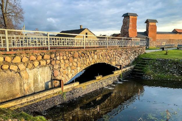 Oude stadsbrug van steen over rivier.
