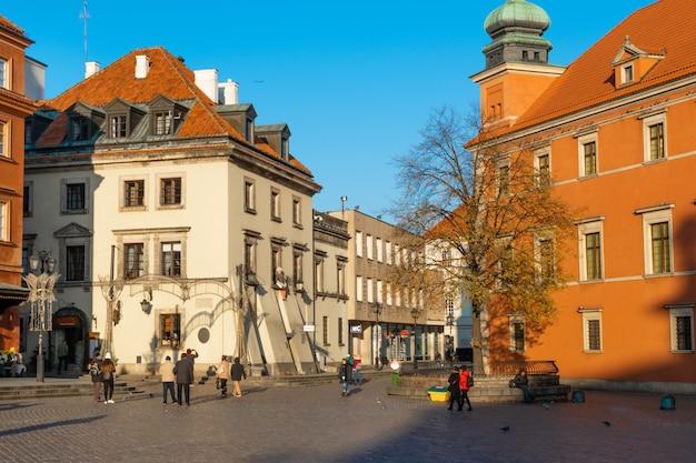 Oude stadscentrum van warschau in december ingericht voor kerstmis
