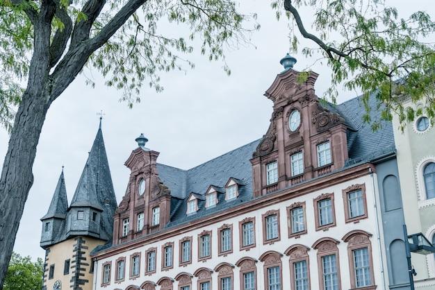 Oude stadsplein romerberg met standbeeld justitia in frankfurt, duitsland