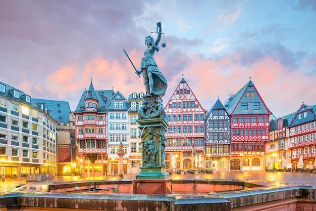 Oude stadsvierkant romerberg in frankfurt, duitsland bij schemering