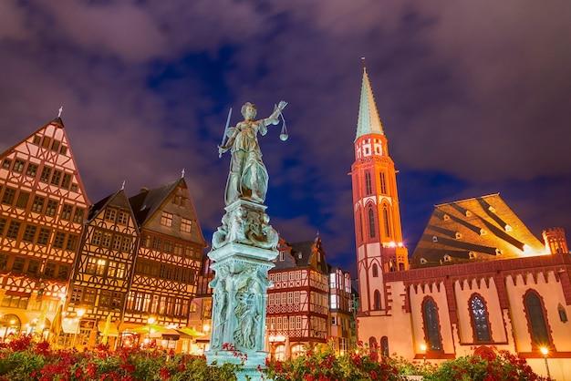 Oude stadsvierkant romerberg met justitia-standbeeld in frankfurt duitsland