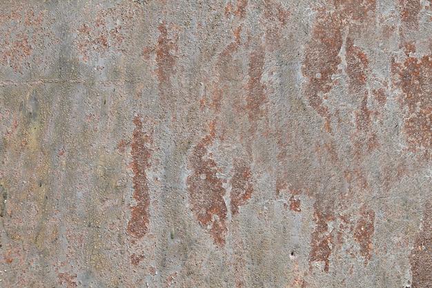 Oude stalen muur met verkleuring, gebarsten verf en corrosie.