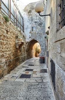 Oude steeg in joodse wijk, jeruzalem