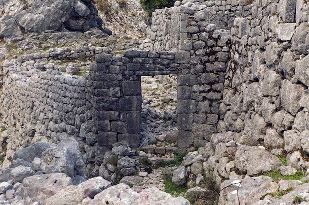 Oude steenruïnes in de bergen in de stad
