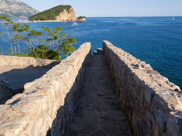 Oude steenweg op fortmuur in budva, montenegro