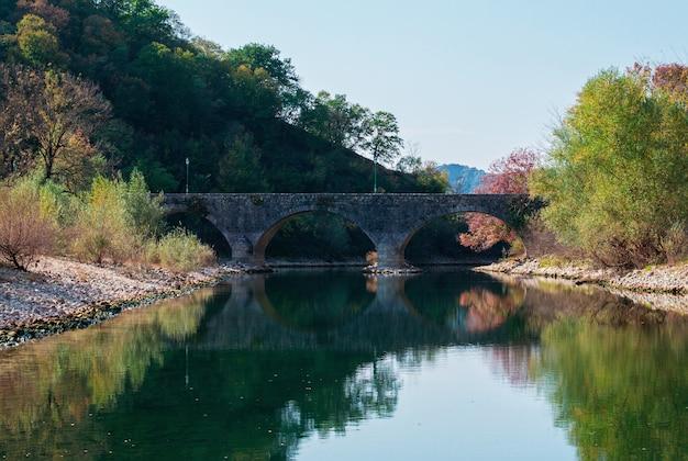 Oude stenen boogbrug over de rivier in montenegro