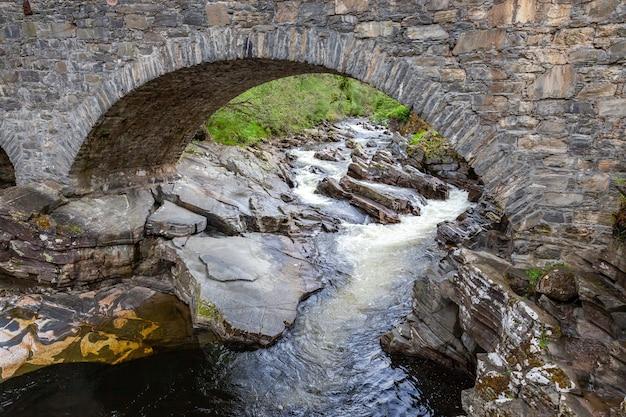 Oude stenen brug over de rivier de tay in schotland