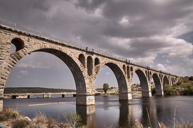 Oude stenen brug voor spoorweg