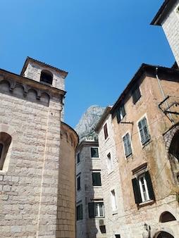 Oude stenen gebouwen in kotor, montenegro