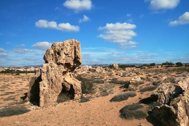 Oude stenen in het archeologische park van pafos in kato