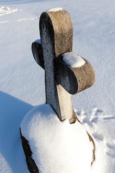 Oude stenen kruisen in het winterseizoen
