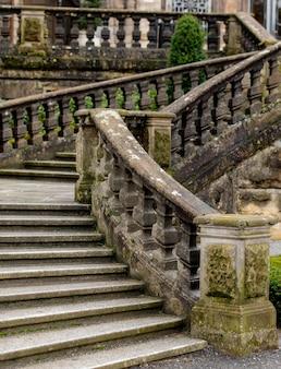 Oude stenen trap in een caslte, europa