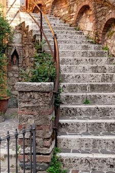 Oude stenen trap met ijzeren reling