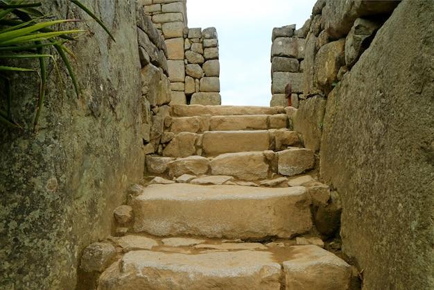 Oude stenen trap naar de bovenste zone binnen machu picchu, cusco regio, peru