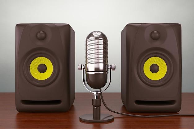 Oude stijl foto. vintage zilveren microfoon en audio speakers op tafel