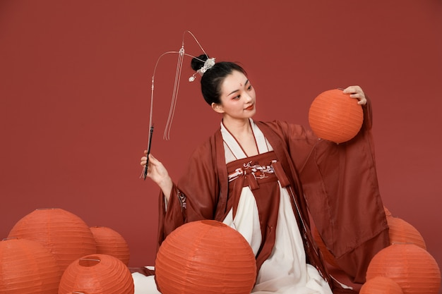 Oude stijl hanfu schoonheid met rode lantaarn schrijven